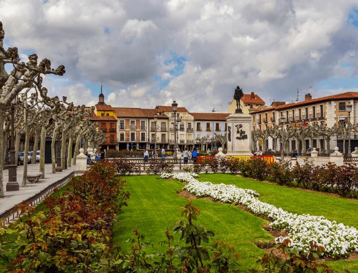Bonito panorama de la célebre Plaza de Cervantes de Alcalá de Henares, cerca de Madrid