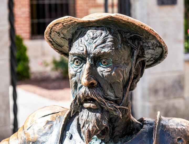 Detalle de la escultura del Quijote cerca de la Casa Museo de Cervantes en Alcalá de Henares, España
