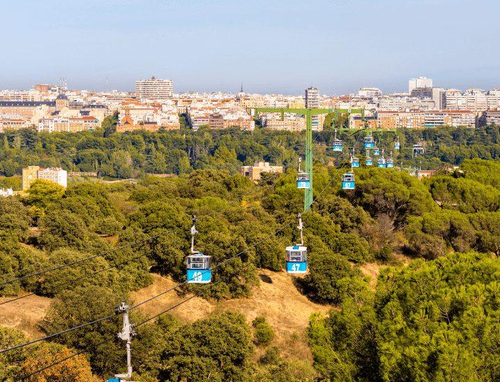 Panorama del famoso Teleférico en el centro de Madrid, España