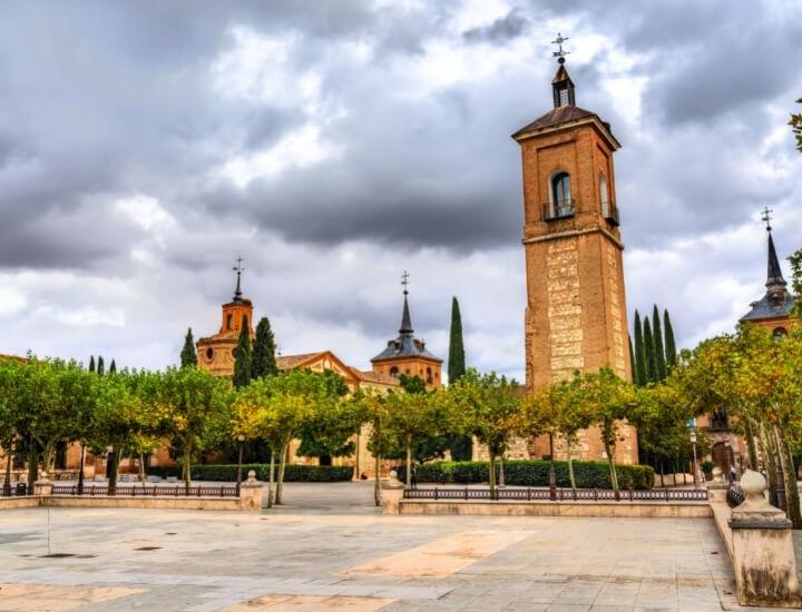 Vista de la Capilla y la Torre desde Plaza Cervantes en Alcalá de Henares, España