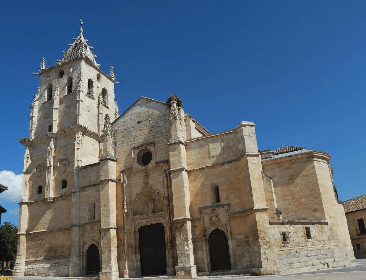 Vista de la fachada de Santa María Magdalena de Torrelaguna, en España